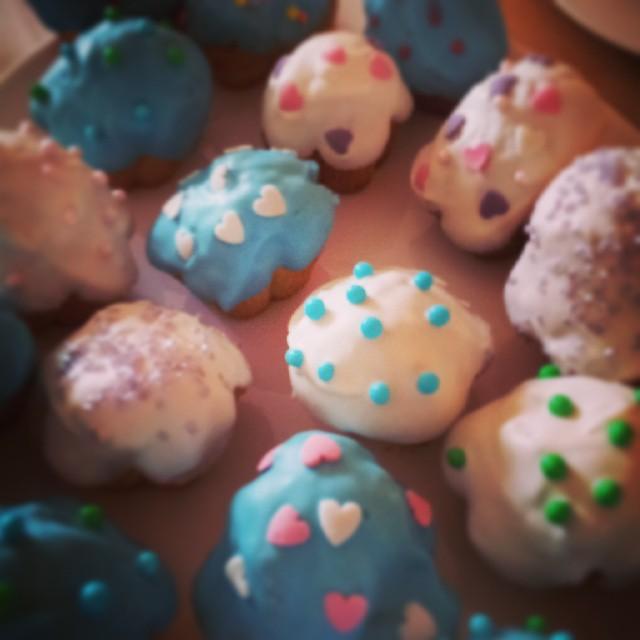 Mit meinen Mädels Muffins gebacken und mit Candy Melt verziert...…